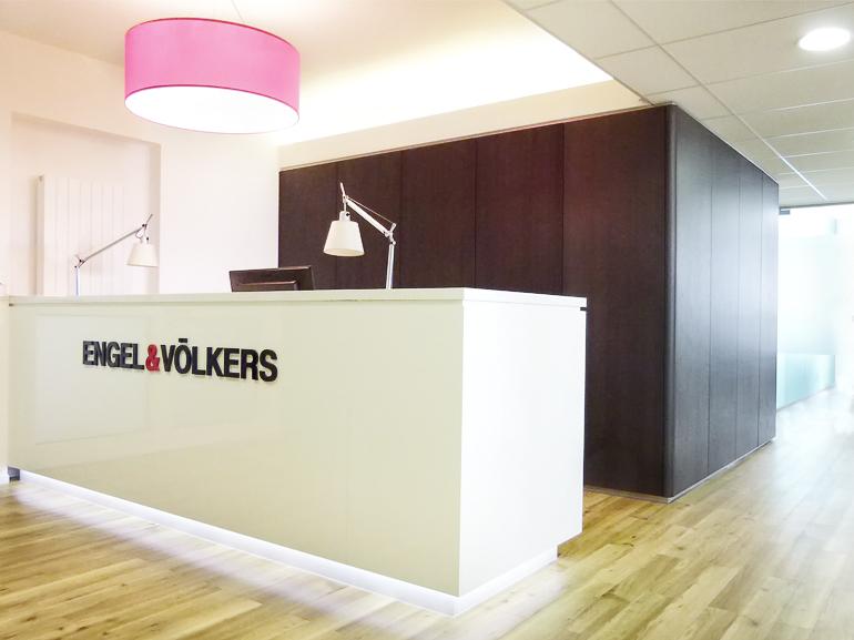 Büro-Empfangsbereich-weiß-lackiert-Hochglanz