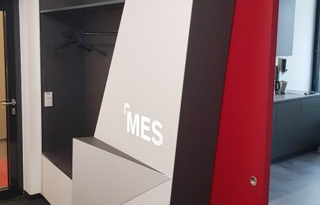 Büro-Geschäftseinrichtung-Garderobe-modern-Logo-Beleuchtung-rot-weiß-graphit-lackiert1