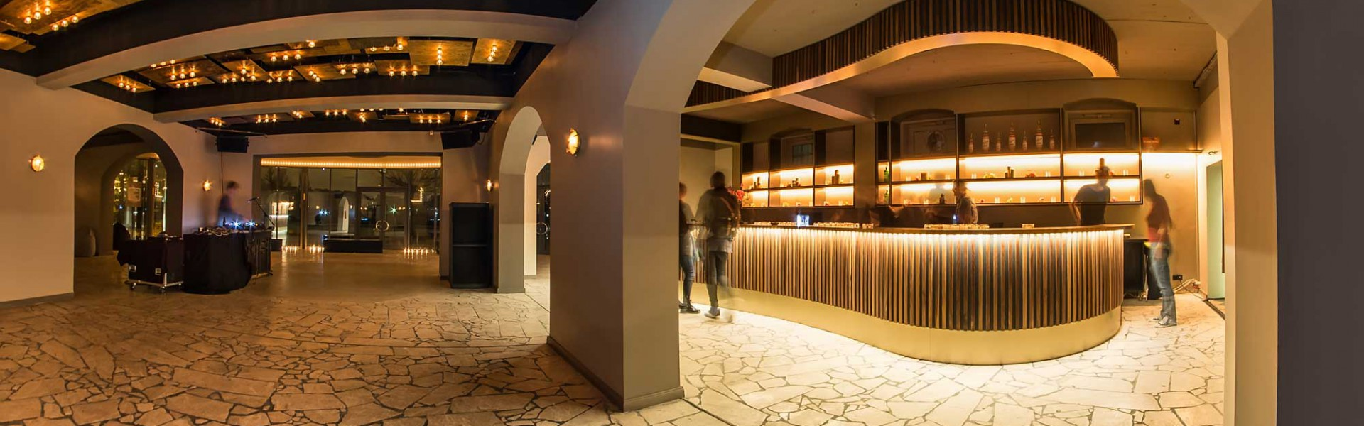 Club-Restaurant-Bar-Kaffeehaus-Barbereich-Massivholz-Nuss-Kupfer-Aluminium2