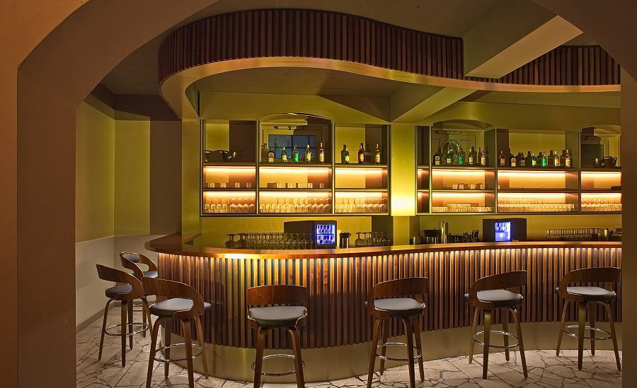 Club-Restaurant-Bar-Kaffeehaus-Barbereich-Massivholz-Nuss-Kupfer-Aluminium3