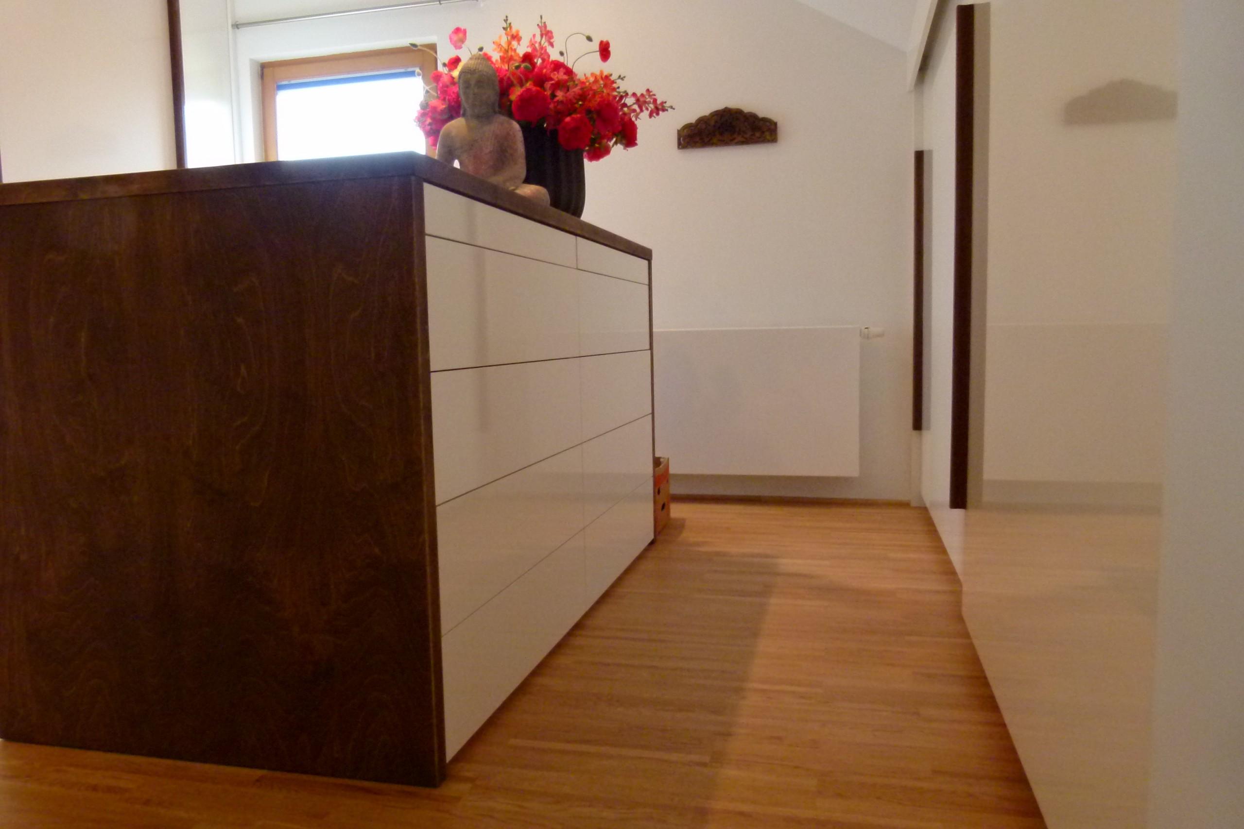 Haus-1-Kommode-weiß-Hochglanz-Massivholz-gebeizt