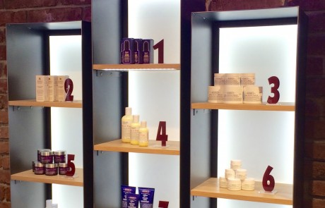 Shopeinrichtung-Geschäftseinrichtung-Ladenbau-POS-Möbel-Produktpräsentation-Hochglanz-Metall-Eiche-lackiert-Logo-LED-Beleuchtung1