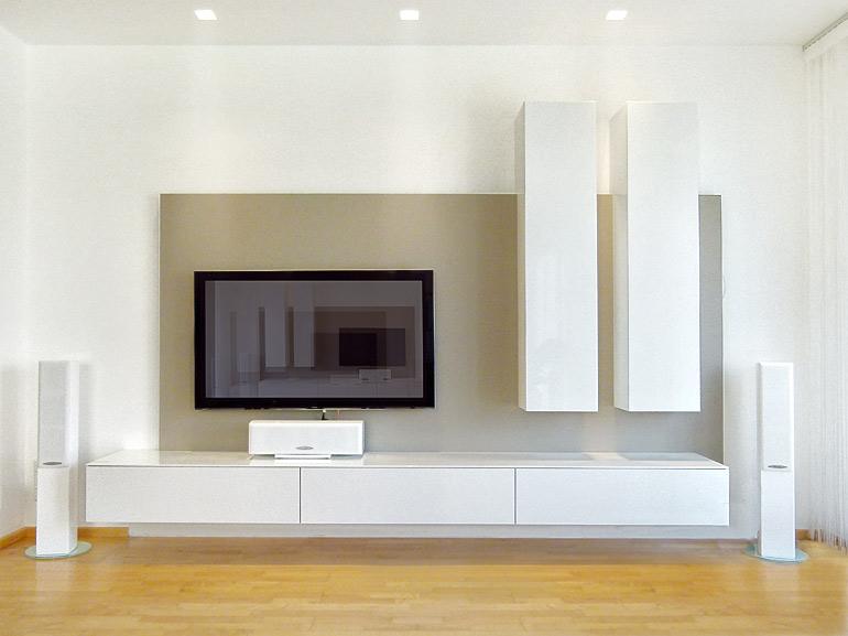 Wohnzimmer-Verbau-Fernseher-Kuben-weiß-lackiert-grau