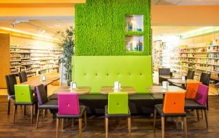 Bio-Laden-Geschäftseinrichtung-Restaurant-Sitzbereich-Bänke-Mooswand-Natur-1