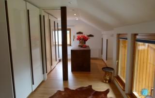 Haus-1-Dachschräge-Verbau-Wandschrank-weiß-Hochglanz-Holz2a
