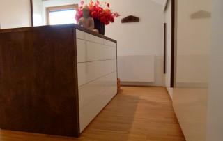 Haus-1-Kommode-weiß-Hochglanz-Massivholz-gebeizt-1