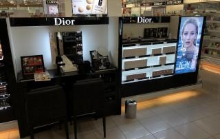 Shopeinrichtung-Geschäftseinrichtung-Ladenbau-POS-Möbel-Produktpräsentation-Hochglanz-weiß-schwarz-Logo-Werbevisual-LED-Beleuchtung-Spiegel-1