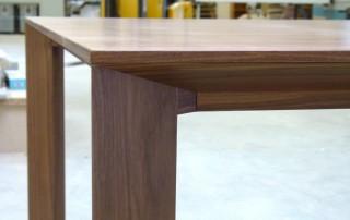 Tisch-Nuss-lackiert-Schweizer-Kante-ausziehbar3